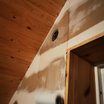 屋根裏のリノベーション 壁紙を張って塗装をする