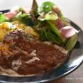 煮込みハンバーグのデミグラスソースの残りで半熟オムライス