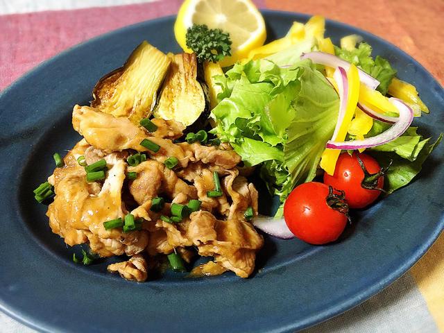 ブルーのお皿に盛り付けた 豚もも肉の生姜焼き