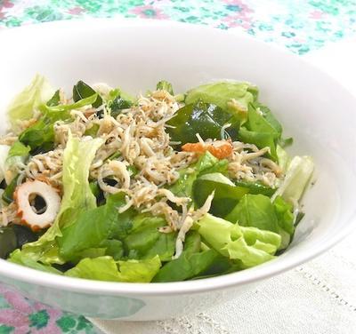 蒸し暑い週末ランチに、しらすオイルでさっぱり〜旨い!もりもりシャキシャキ野菜の海サラダ。