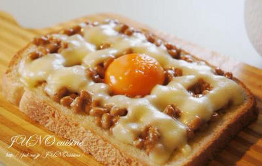 栄養満点朝ごはん♪卵のせ「納豆トースト」がクセになる!