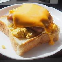 生食パンにON!ニッポンハム「シャウエッセン チェダー&カマンベール」と玉子サラダの「チーズマシマシオープンサンド」