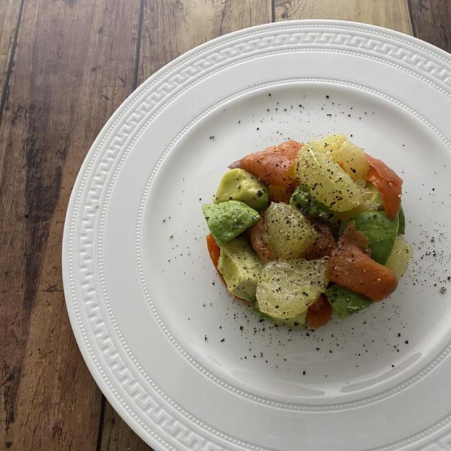 スモークサーモンとアボカドのグレープフルーツサラダ