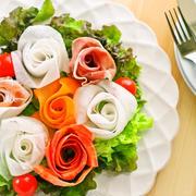 バレンタインや記念日に♡簡単華やか大根・ニンジン・生ハムの薔薇リボンサラダ♡