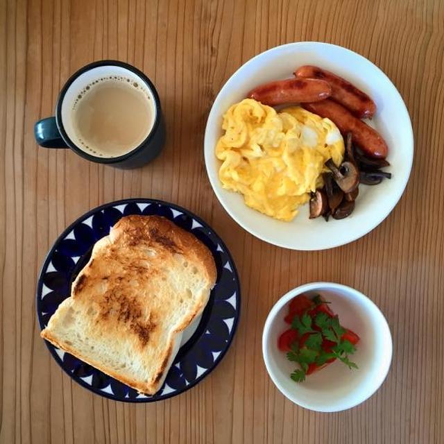 トースト、卵、カフェオレ