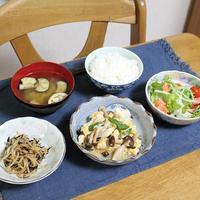 豆腐ときのこのすき焼き煮ともやしとひじきの甘辛炒めとベイクドチーズケーキでうちごはん(レシピ付)