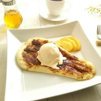 シナモンシュガーナン リンゴのコンポート&バニラアイスクリーム添え