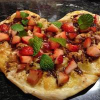 バレンタインピザ💖苺とバナナチョコのゴルゴンゾーラピザはシナモンシュガー