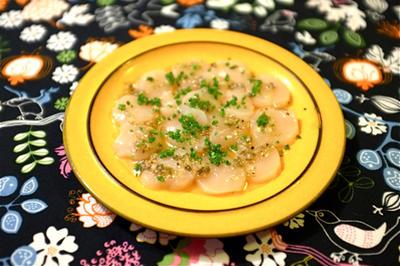 ホタテのカルパッチョ風サラダ。