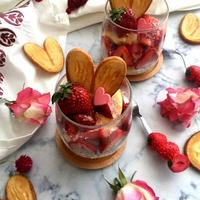 カスタードたっぷり!グラスに詰めたイチゴのミルフィーユ風