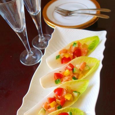 サーモンと彩り野菜のチコリカップサラダ