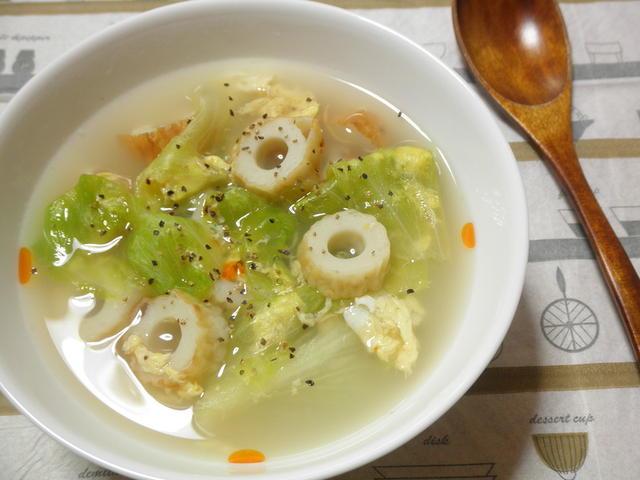 ちくわとキャベツが入ったスープが白の皿に盛られている