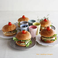 ボリューム満点・豆腐と鶏ひき肉のヘルシーバーガー♪5つ並ぶと迫力あるわー!