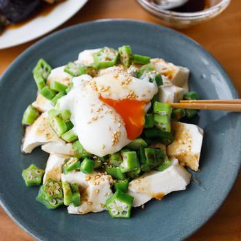 【レシピ】5分でパパッと!『豆腐とオクラの和風サラダ 温玉わさび醤油』