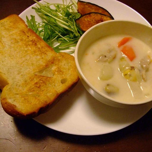 自家製酵母パンとクリームシチュー、世界の山ちゃんの手羽先、残り物で夕食を