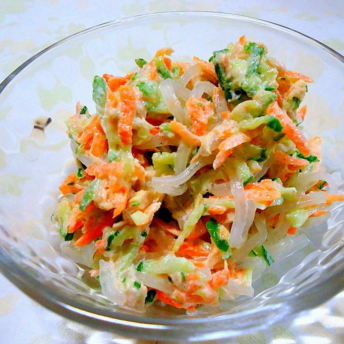 ガラスの器に盛られた、糸こんにゃくの三色サラダ