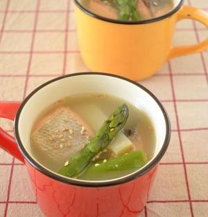 鮭とじゃが芋のごまたっぷりバター味噌汁