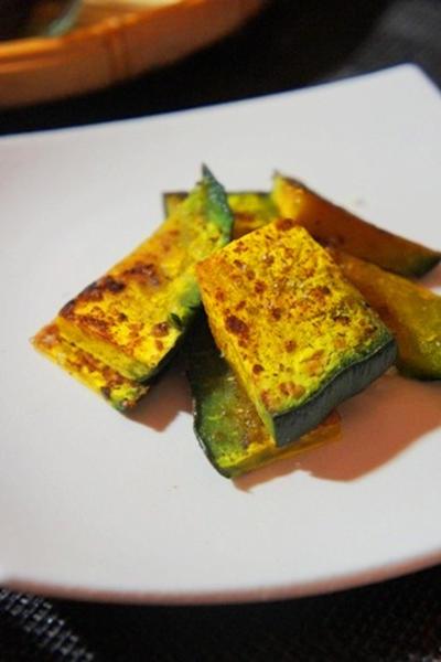 南瓜の五香粉焼き、2色ピーマンとしめじのナムル、鮭カマの胡麻づけ焼きと刈穂のマリアージュ