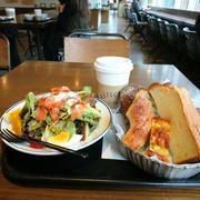 サラダと、パンの盛り合わせランチ