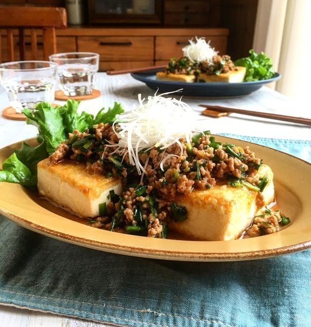 グリーンのランチョンマットに乗った豆腐の肉味噌のせ