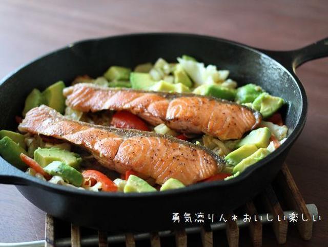 鮭の切り身が2つのったスキレットのちゃんちゃん焼き