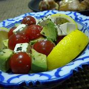 アボカドとトマトとクリームチーズのハーブサラダ