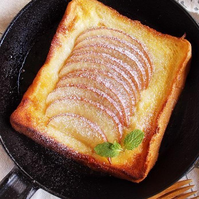 お皿に盛り付けたアップルパイ風フレンチトースト