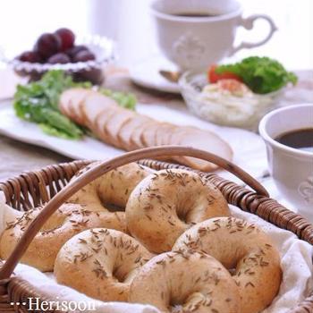 キャラウェイシードたっぷりのライ麦ベーグルの朝ご飯