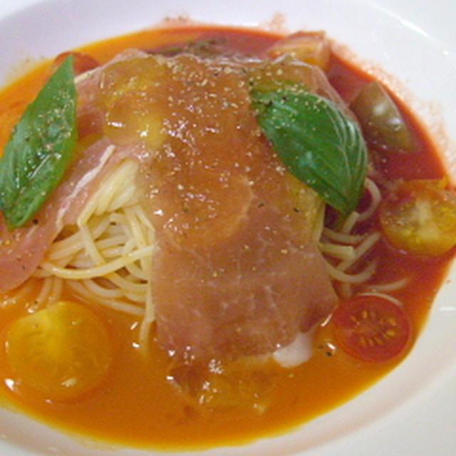 赤と黄色の冷たいスープパスタ