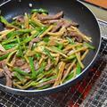 炭火で作る『ニンニク入り牛肉のチンジャオロース』