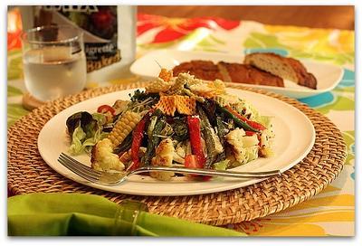 いろいろロースト野菜のバルサミコドレッシングサラダ、カルビーべジ―ミックスのせ