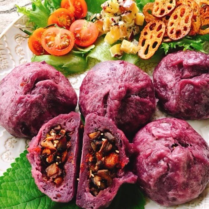 紫芋を記事に使い、紫色の生地になった肉まんが5つ並んでいる