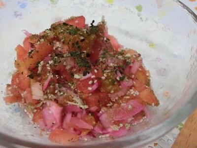 炒りとろろ昆布と酢玉ねぎ入り♪ 冷凍トマトのチアシードサラダ