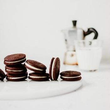 ココアクッキーのエスプレッソホワイトチョコレートサンド