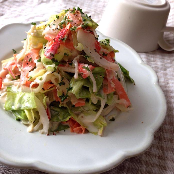 春キャベツ、カニカマ、にんじんなどを和えてコールスロー風に仕上げたサラダ
