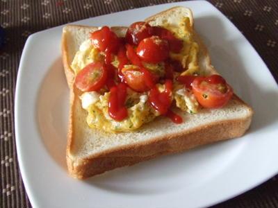 パセリとトマトのスクランブルエッグトースト
