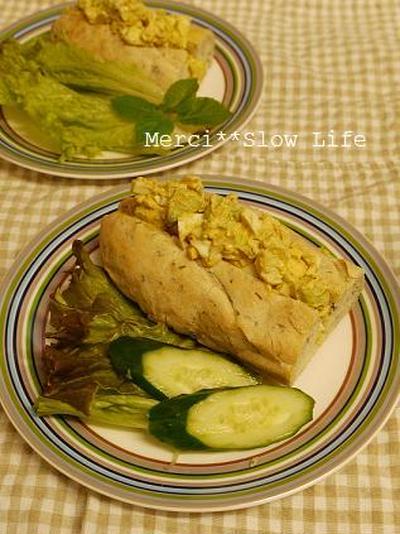 ハーブ入りバゲッドで、カレー風味、卵&アボカドサンドイッチ