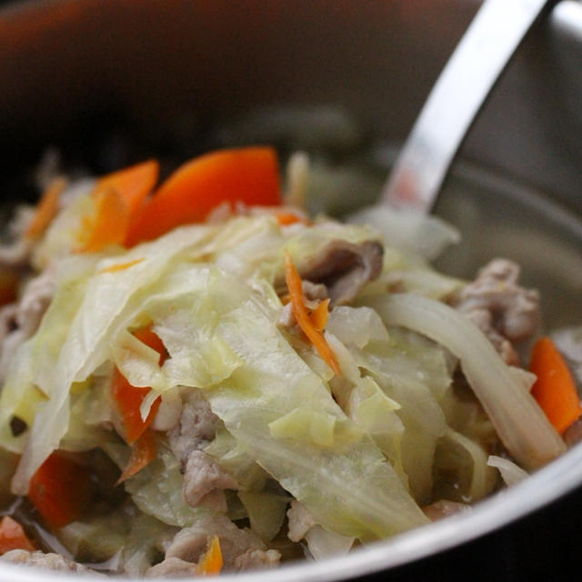 優しい味♪キャベツと人参と豚肉の生姜入りスープ