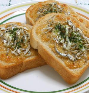 休日の遅い朝食、おかかマヨとちりめんじゃこのトースト。