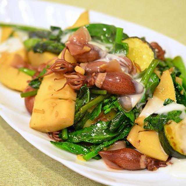 <ほたるいかと春野菜のホットサラダ>