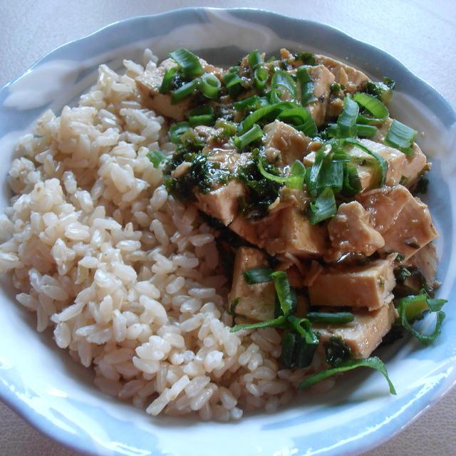 オーガニック豆腐とケール、ブラウンライスの麻婆豆腐風