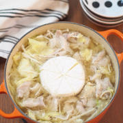 カマンベールドーン!豚バラキャベツとチーズの胡麻味噌鍋