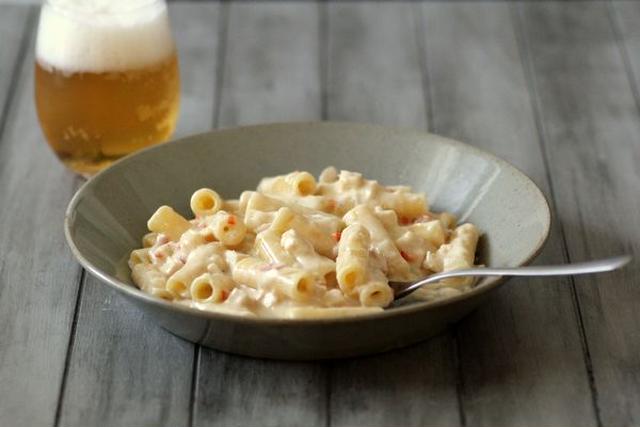 グレーのお皿に入ったマカロニ&チーズ