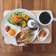 11/21の朝ごはん。調理時間12分。焼き魚と山椒おむすびプレート。