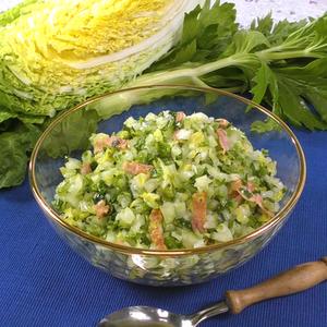 """【動画レシピ】実は夏だって""""白菜""""が美味しい!「白菜とセルリーのベーコンコールスロー」"""