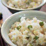 サヤのおだしで炊く、うすいえんどう豆ご飯と具沢山のお味噌汁。