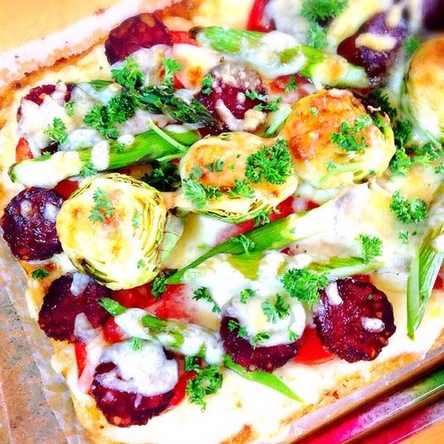 芽キャベツとサラミのカリフラワーピザ。