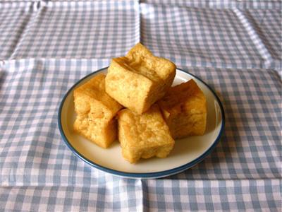 素揚げ豆腐や凍り豆腐、豆腐のこと。