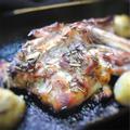骨付き鶏もも肉のグリル、ローズマリー風味