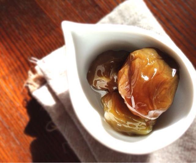 白の皿に盛られた梅の甘露煮
